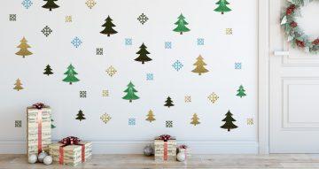 Αυτοκόλλητα Τοίχου - Διάσπαρτα Χριστουγεννιάτικα δέντρα και χιονονιφάδες σε διάφορα σχέδια και χρώματα