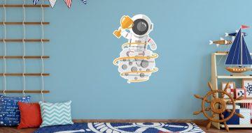 Αυτοκόλλητα Τοίχου - Αστροναύτης που κρατάει κύπελλο
