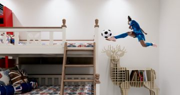 Αυτοκόλλητα Τοίχου - Γυναίκα ποδοσφαιριστής σε σούτ