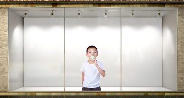Αυτοκόλλητα καταστημάτων - Αυτοκόλλητο βιτρίνας αγόρι με παγωτό.